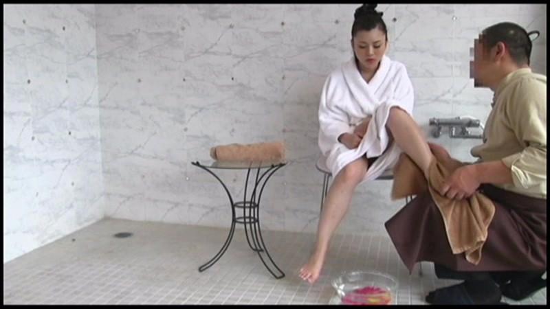 常夏沖縄でなんだか開放的な気分!!水着のままでOK!!Vラインギリギリマッサージで困惑!?ビキニからはみ出す乳首っ!日焼けした肌にちょっぴりしみるリゾートホテル併設オイルマッサージ  サンプル画像 9