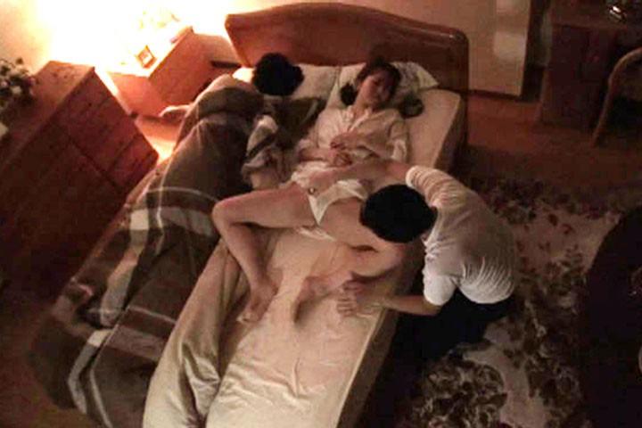 夜●い〜夫の横で感じる人妻〜 DBUD-014  サンプル画像 1