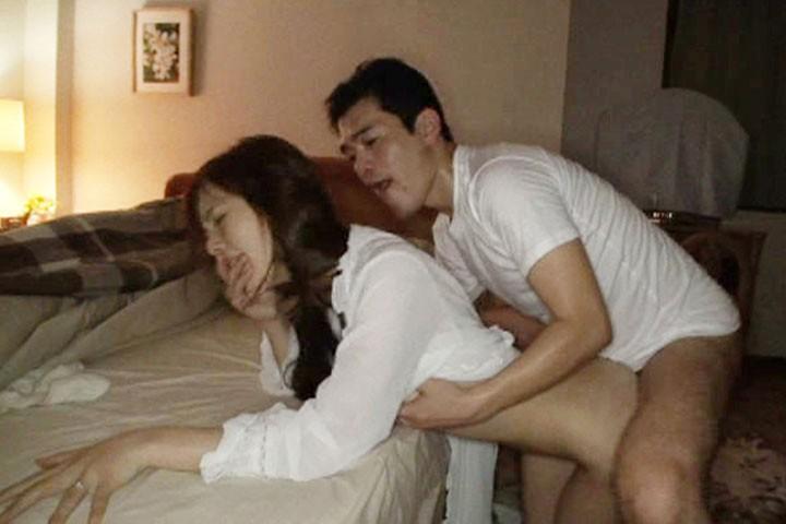 夜●い〜夫の横で感じる人妻〜 DBUD-014  サンプル画像 7
