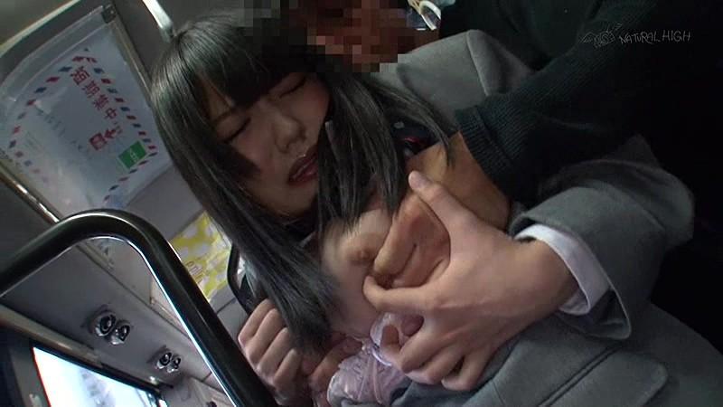 満員バスで背後から制服越しにねっとり乳揉み痴●され腰をクネらせ感じまくる巨乳女子校生  サンプル画像 7