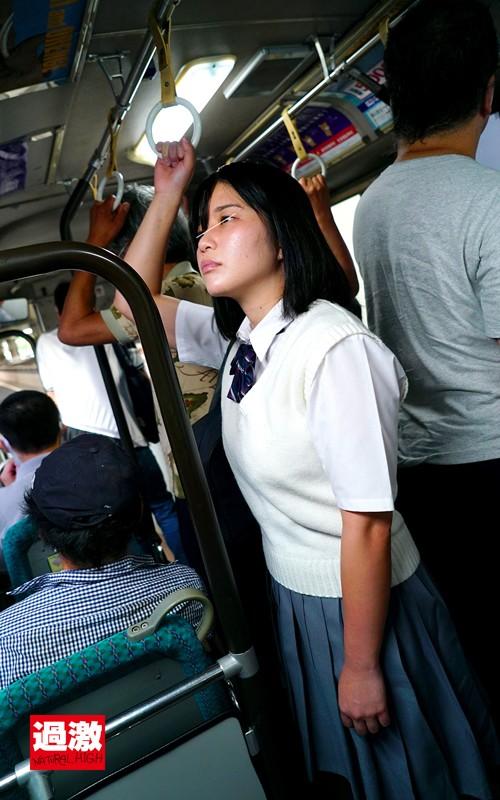 満員バスで背後から制服越しにねっとり乳揉み痴●され腰をクネらせ感じまくる巨乳女子○生11  サンプル画像 11