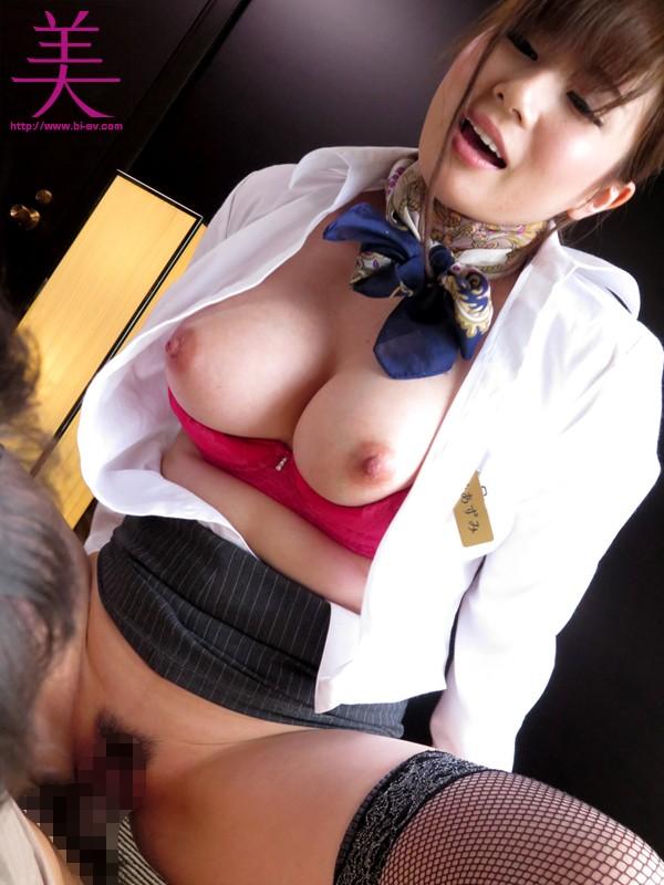 美爆乳の客室乗務員にイヤラしい卑猥な上品淫語で犯●れたい 千乃あずみ  サンプル画像 10