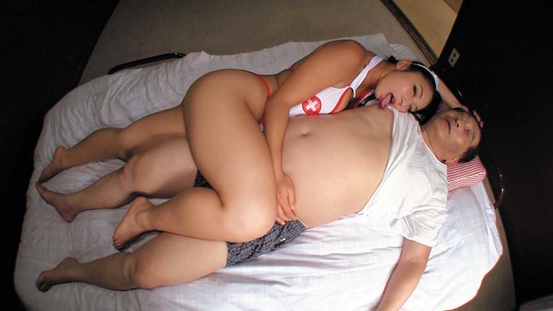 乳首びんびんドスケベ介護士 でか乳輪ガチムチ猥褻ボディの淫乱痴女  サンプル画像 6